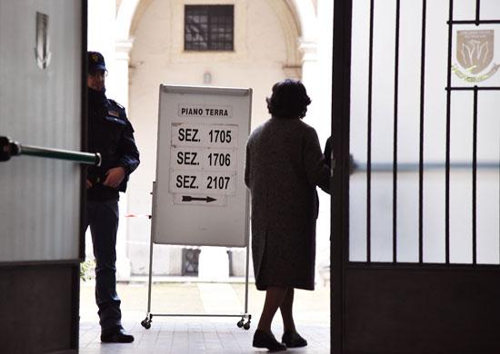 الشرطة الإيطالية تؤمن مراكز الاقتراع فى إيطاليا