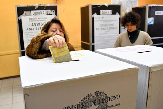 ناخبة تضع ورقة الاقتراع فى الصندوق بإيطاليا
