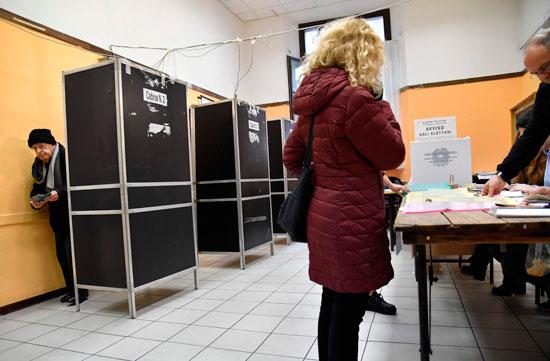 ناخب تحصل على ورقة اقتراع الانتخابات فى إيطاليا