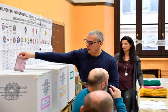 ناخب يدلى بصوته فى الانتخابات التشريعية الإيطالية