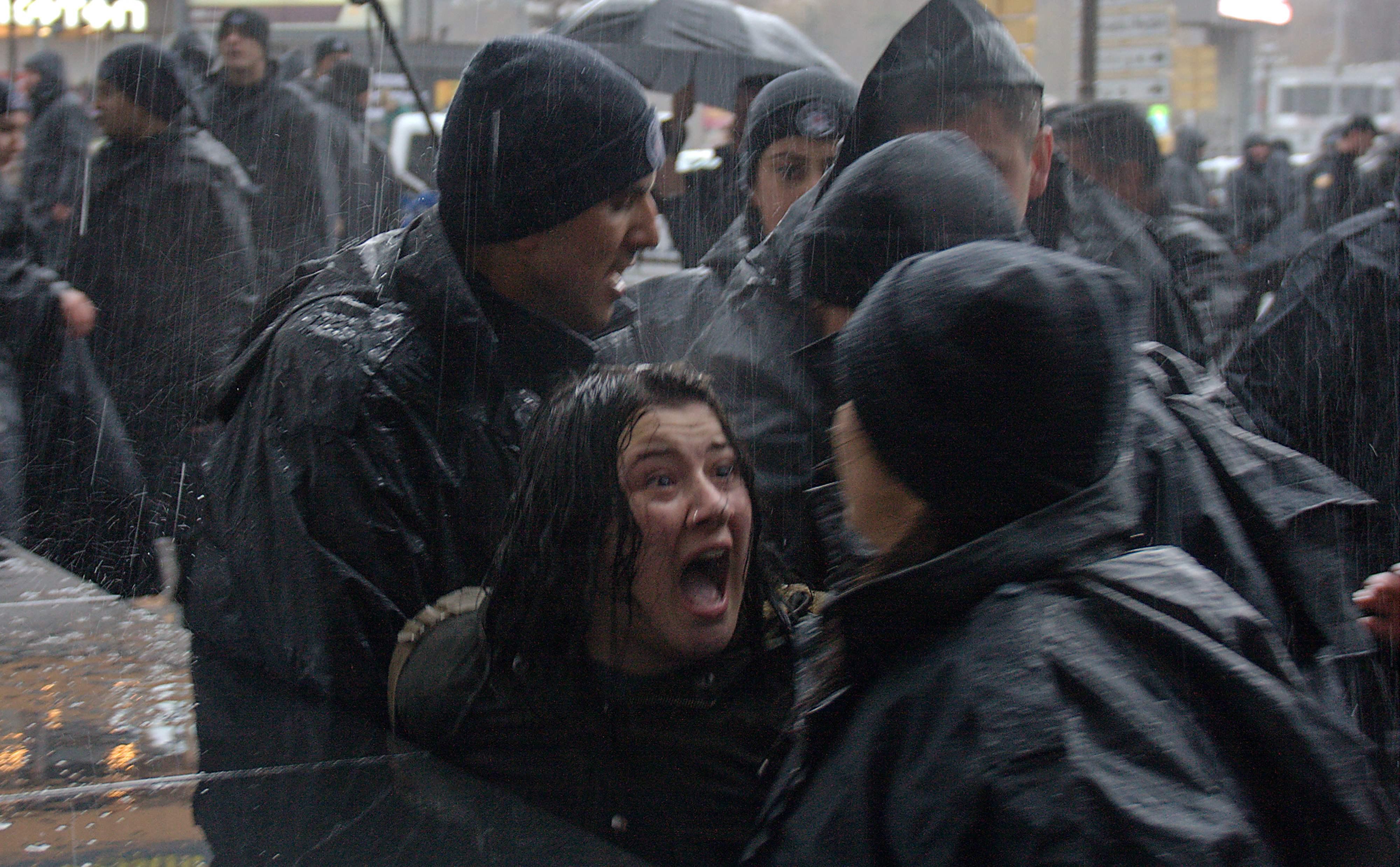 سيدة تصرخ في وجه الشرطة التركية