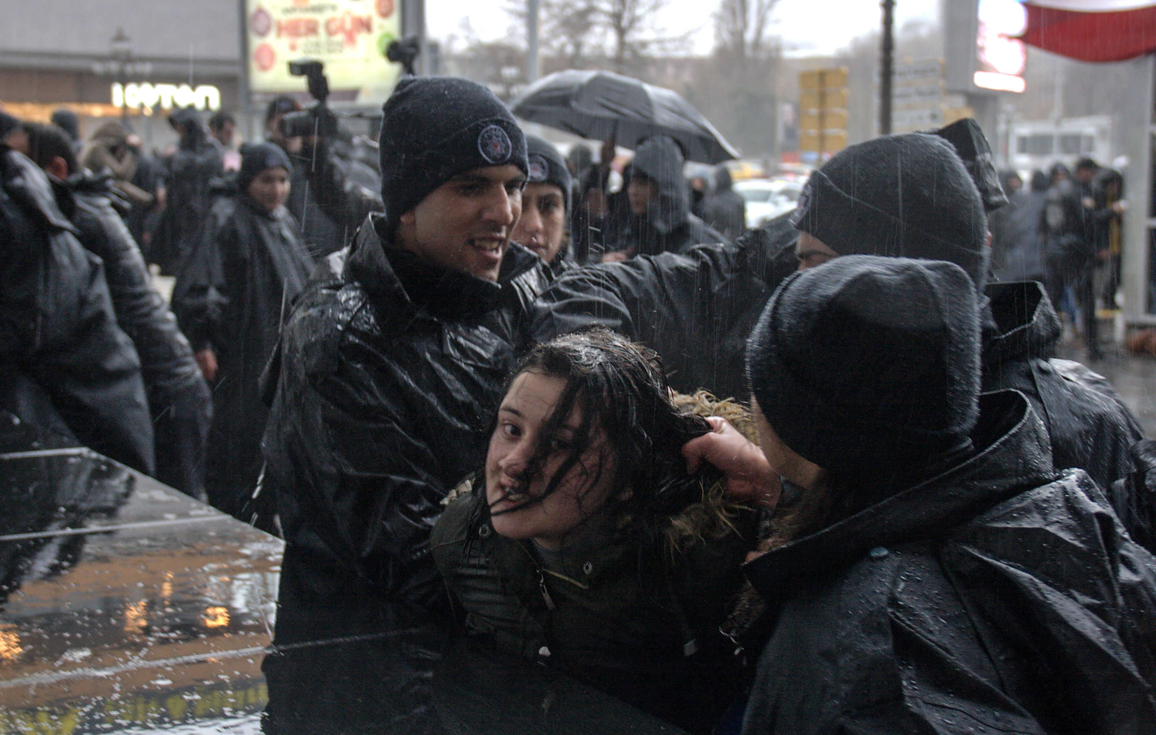 الشرطة التركية تعتقل فتاة