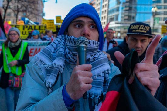 الشال الفلسطينى خلال التظاهرات