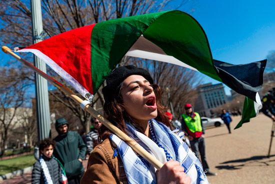 مواطنة تحمل علم فلسطين