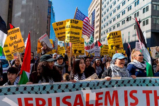 لافتات دعم القضية الفلسطينية