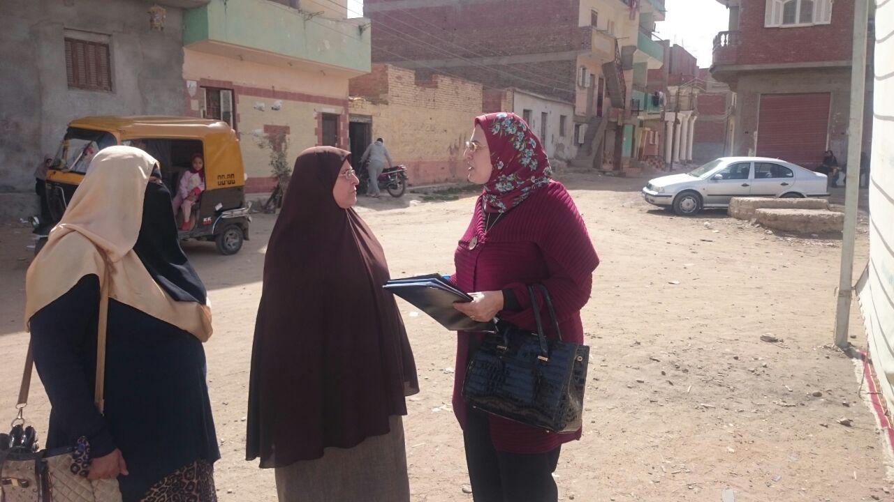 رقم 2 الدكتورة عايدة عطية عضو المجلس ومدير تنظيم الأسرة بمديرية الصحة بالشرقية أثناء الحملات