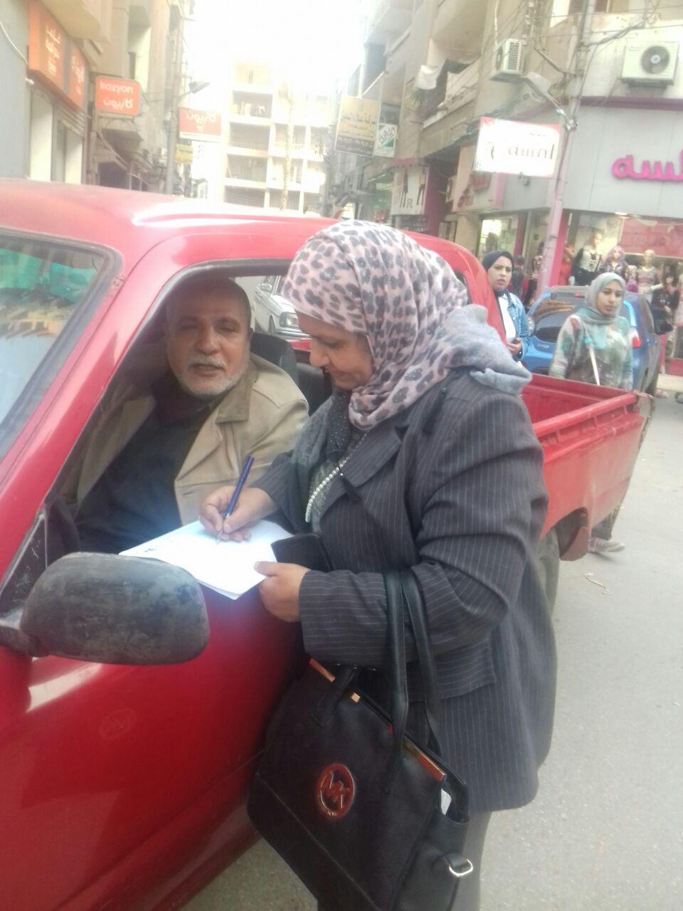 رقم 1 المهندسة سامية عسل مقررة فرع المراة أثناء الجولات بالشارع