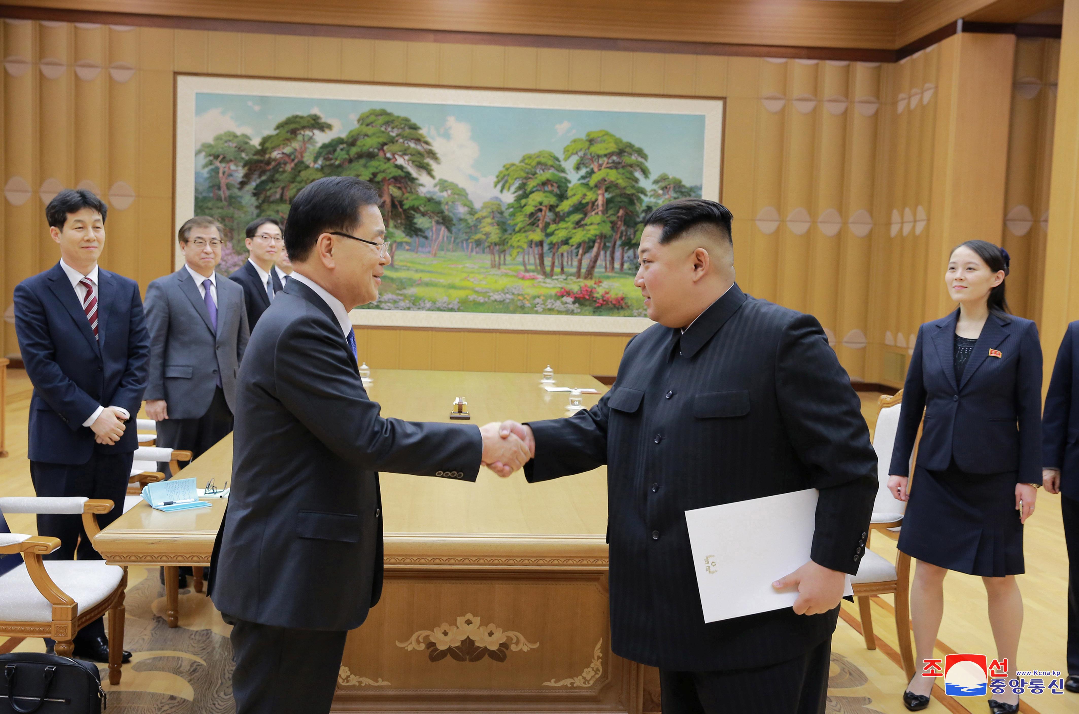زعيم كوريا الشمالية مع أحد أعضاء وفد كوريا الجنوبية