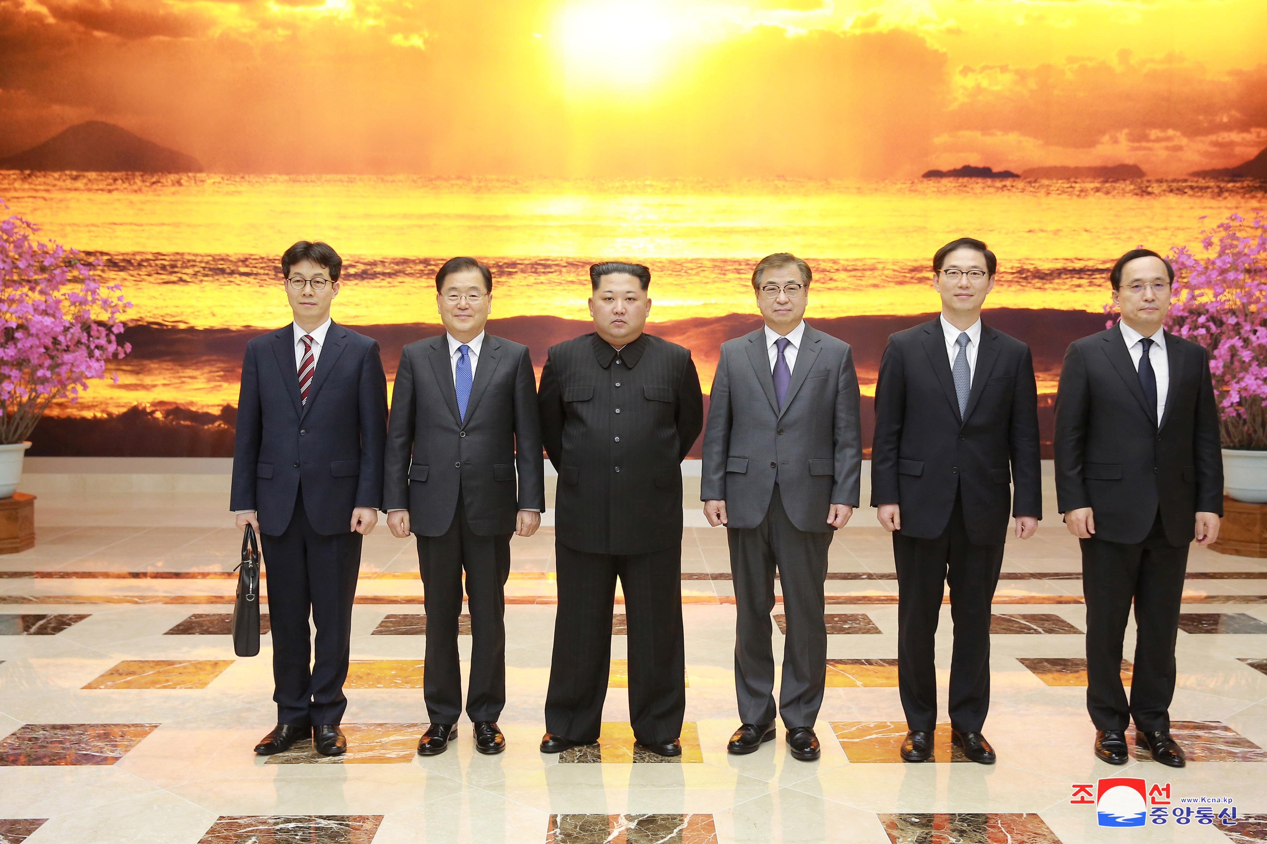 جانب من اللقاء الذى جمع زعيم كوريا الشمالية مع وفد كوريا الجنوبية