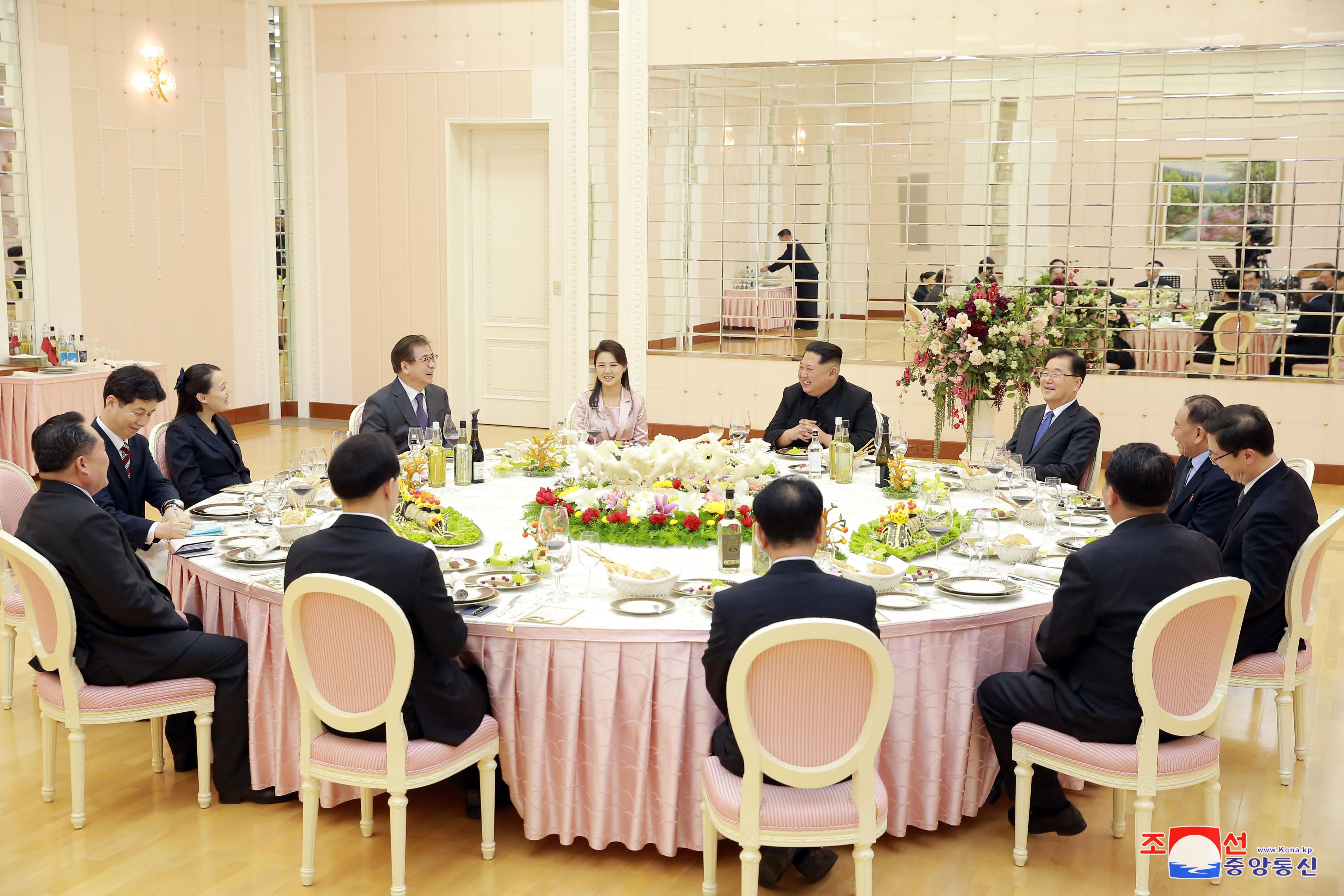 لقاء زعيم كوريا الشمالية مع وفد كوريا الجنوبية (2)
