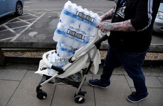 مواطنون يعملون على تخزين المياه