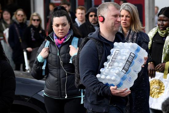 مواطنون يخزنون المياه