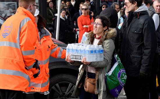 مواطنون يحملون المياه