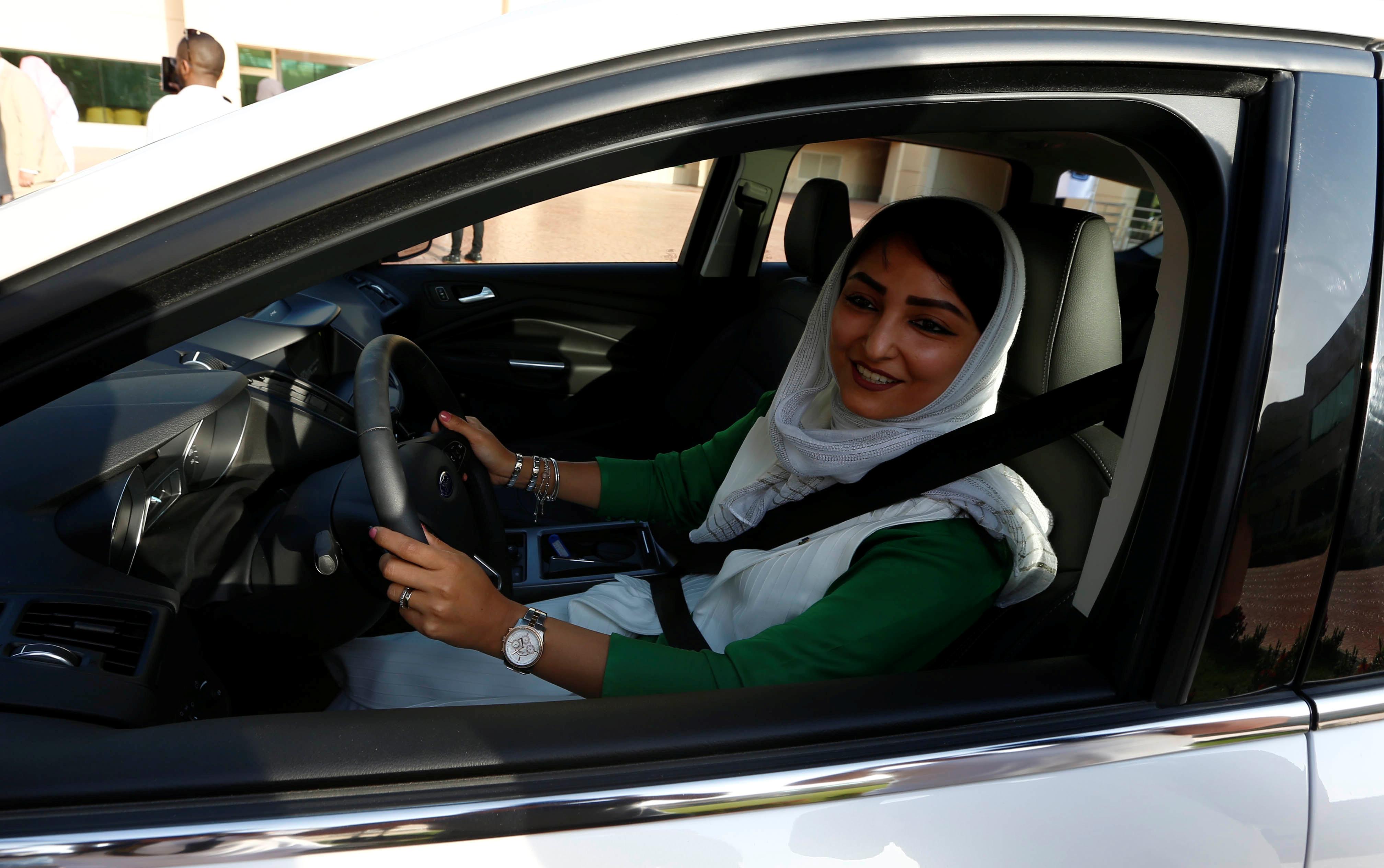 صور إقبال كبير من نساء السعودية على مراكز تعليم القيادة فى جدة اليوم السابع