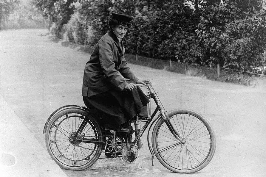 ريموند تقود دراجة