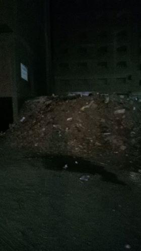 تلال القمامة وسط المساكن