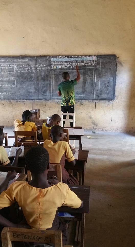 المعلم يشرح للتلاميذ