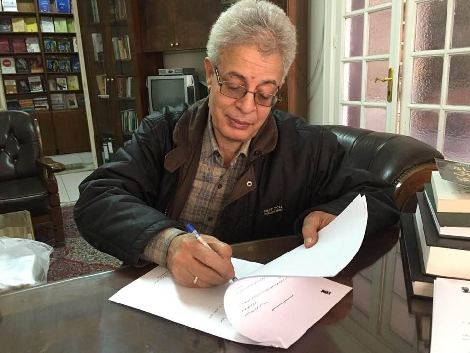 الشاعر عبد المنعم رمضان يوقع عقد نشر ديوان الهائم فى البرية عن دار العين للنشر
