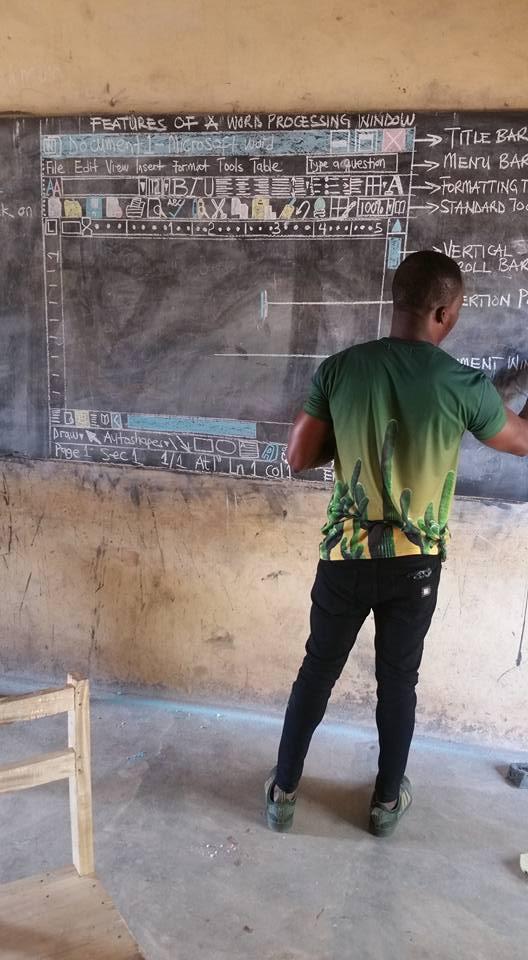 المعلم يرسم مكونات الكمبيوتر