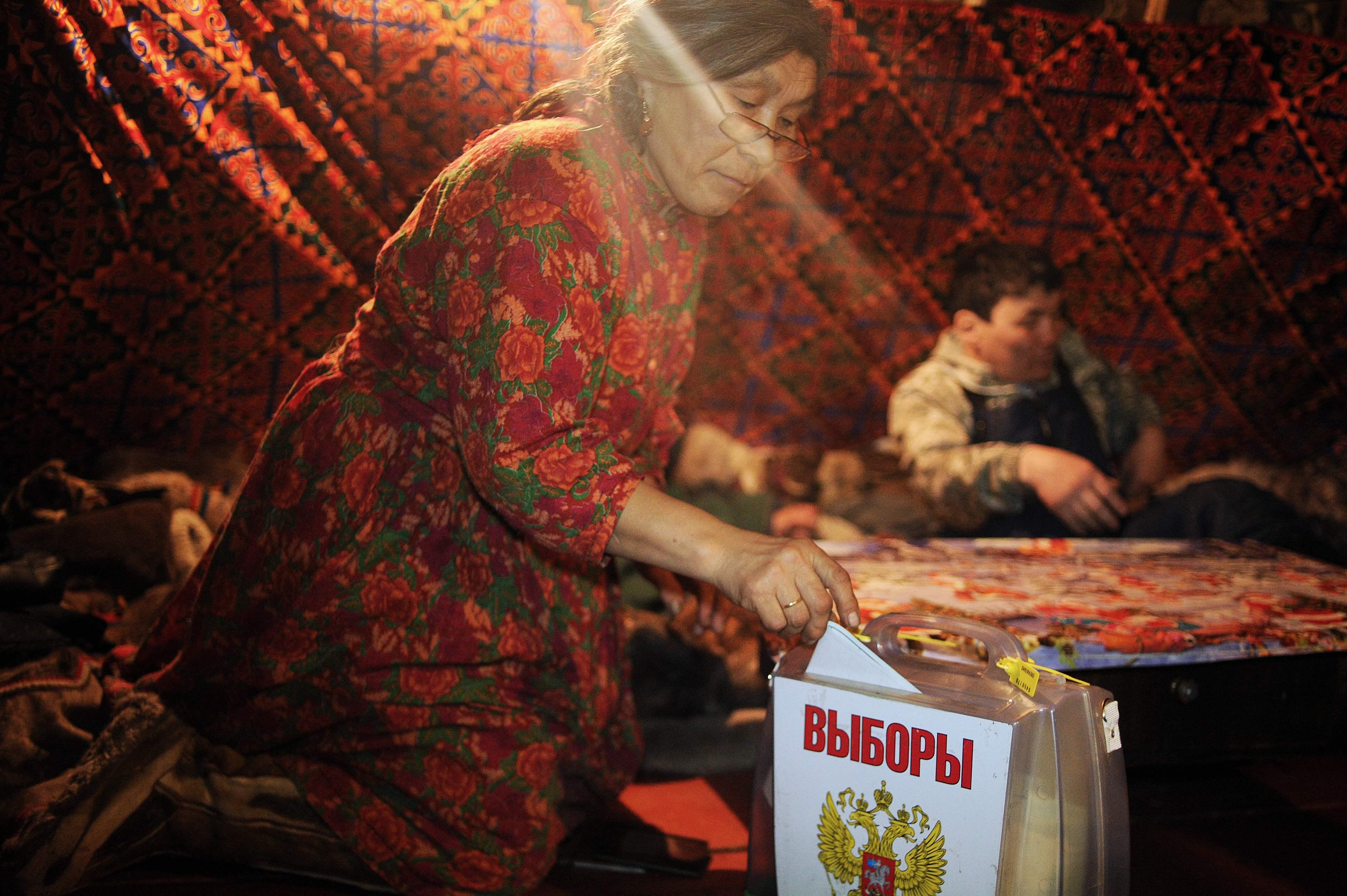 امرأة روسية تدلى بصوتها