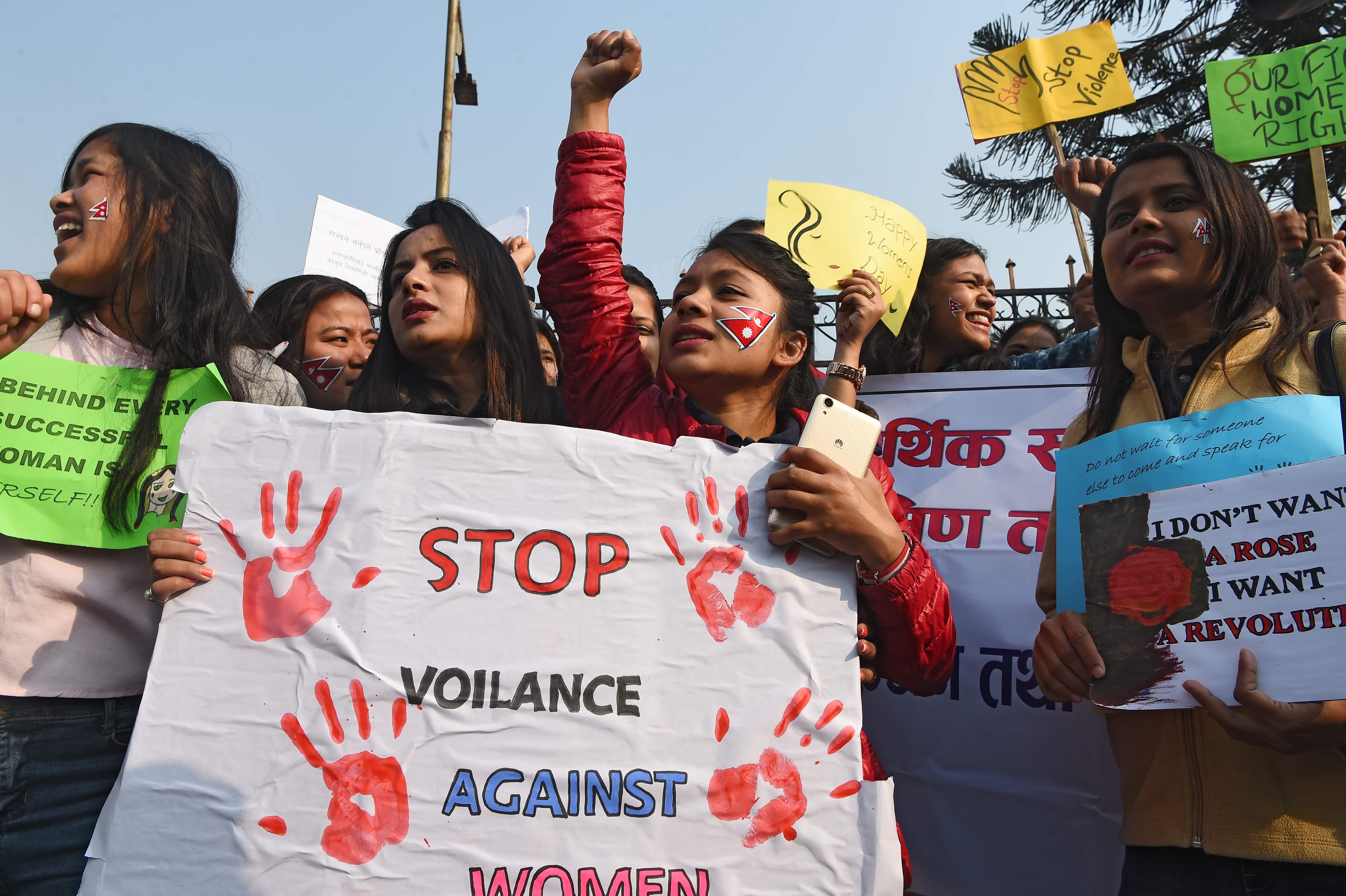 لافتات تناهض العنف ضد المرأة
