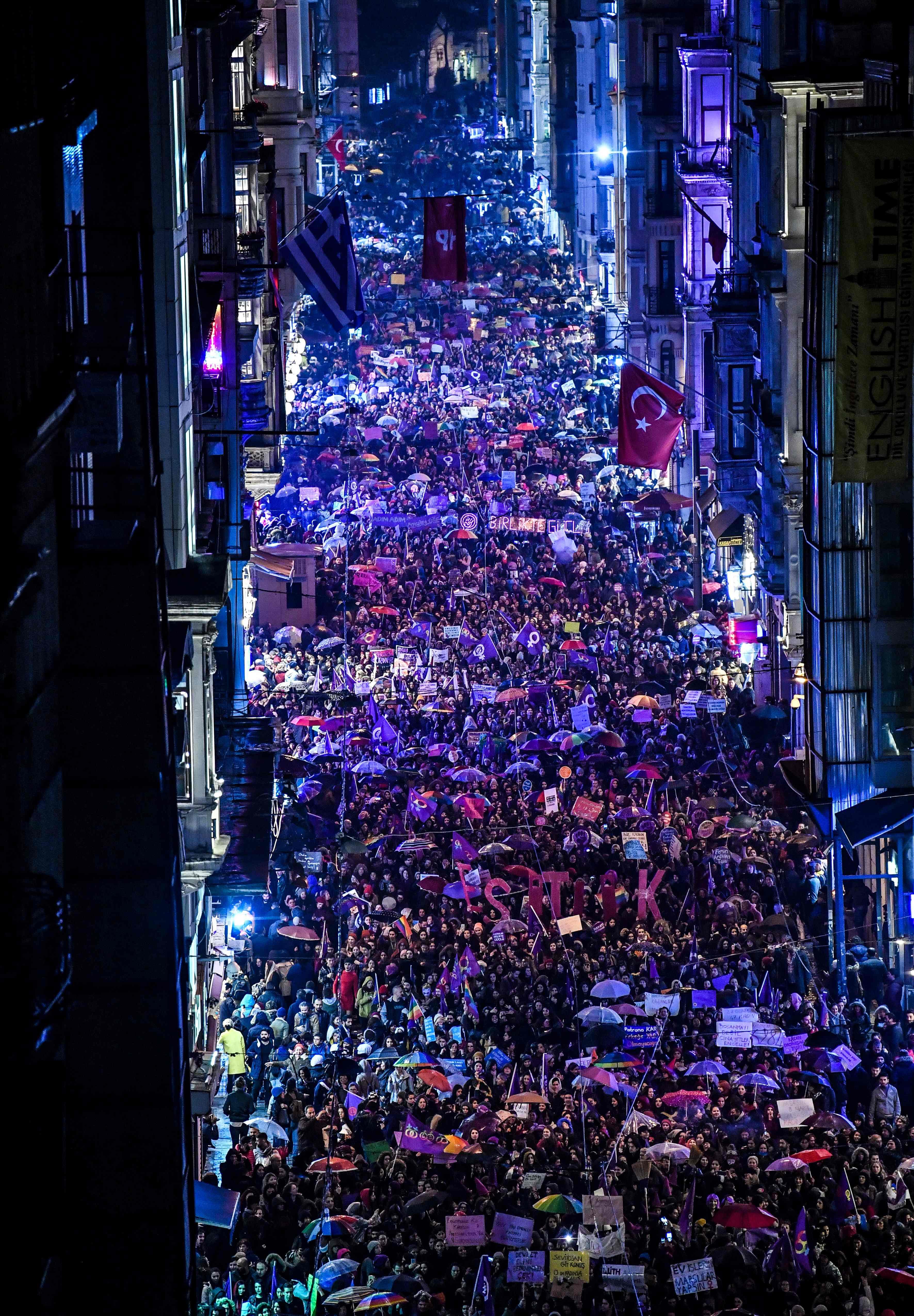 جانب من المظاهرات فى شوارع إسطنبول
