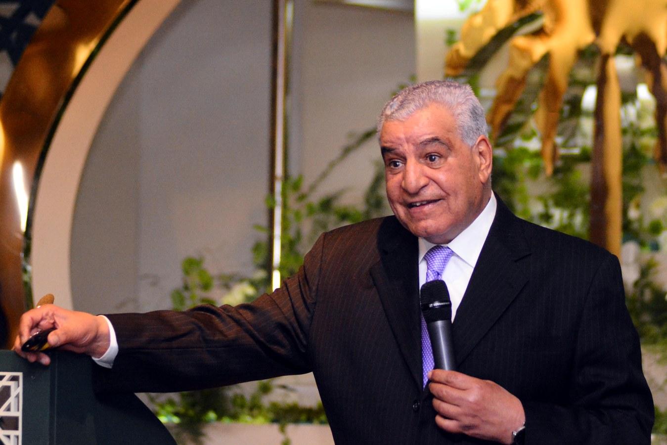 السفير السعودي د.أحمد قطان يهدى د.زاهي حواس درع خادم الحرمين  30-1-2018 (1)