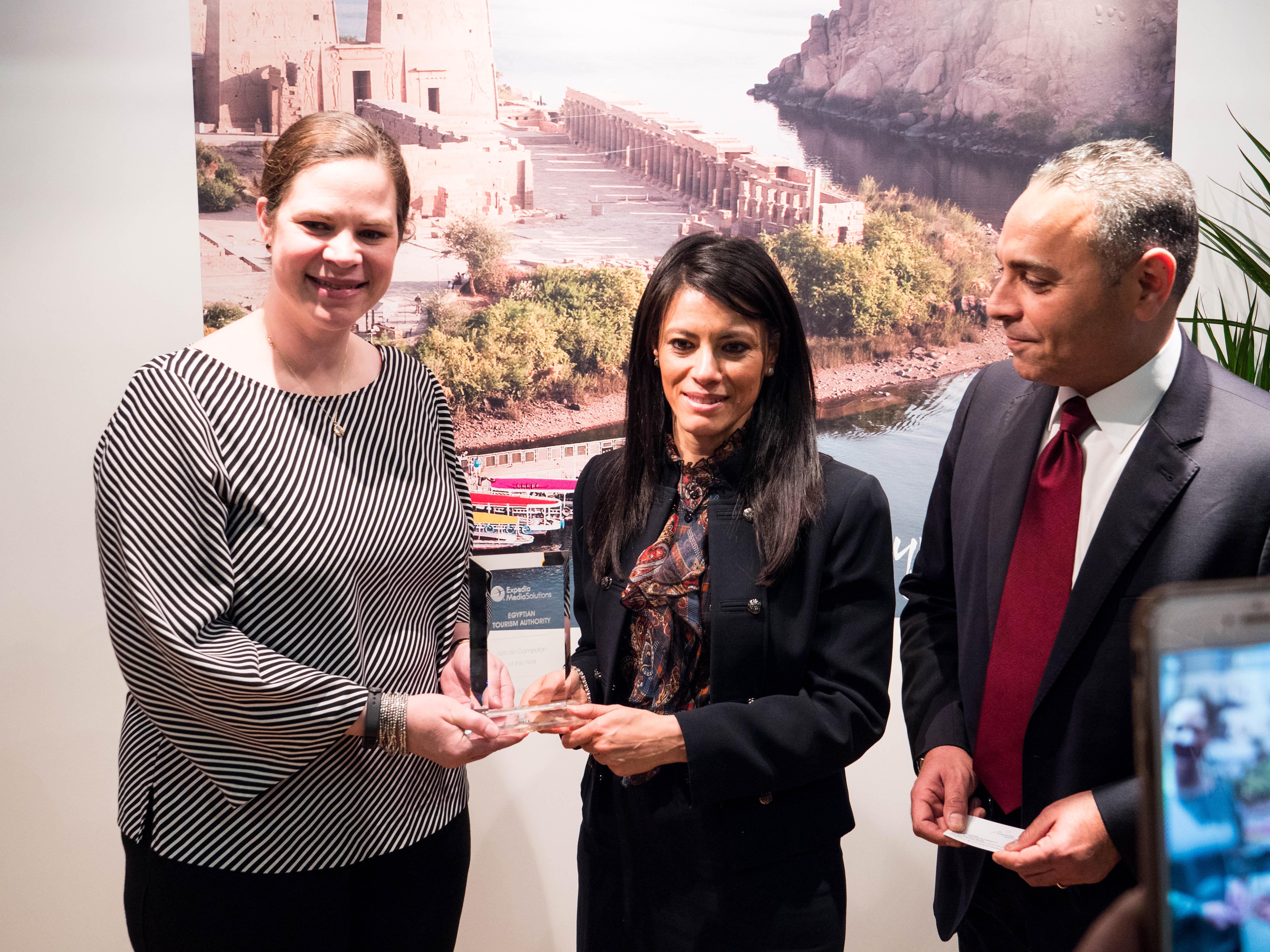 رانيا المشاط تتسلم جائزة أفضل حملة إعلانية رقمية فى أفريقيا لعام 2017