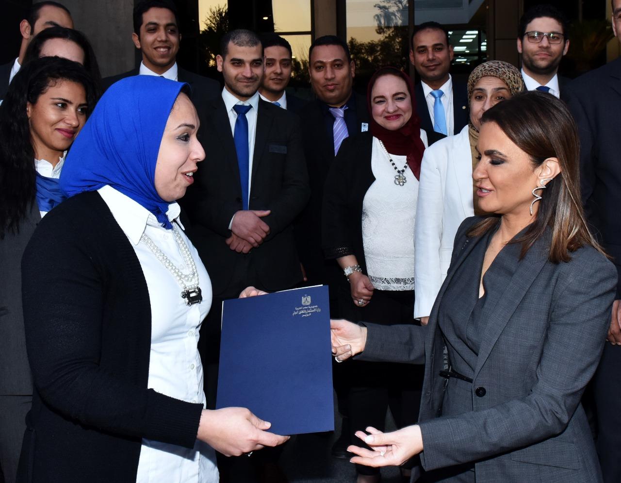 سحر نصر تكرم  إحدى الموظفات بمركز خدمات المستثمرين