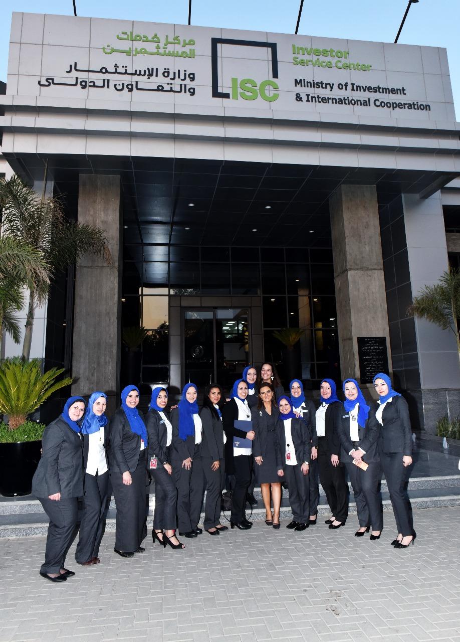 سحر نصر تكرم الموظفين المثالين بمركز خدمات المستثمرين