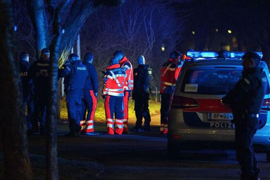 جانب من وصول الشرطة إلى محيط عملية الطعن