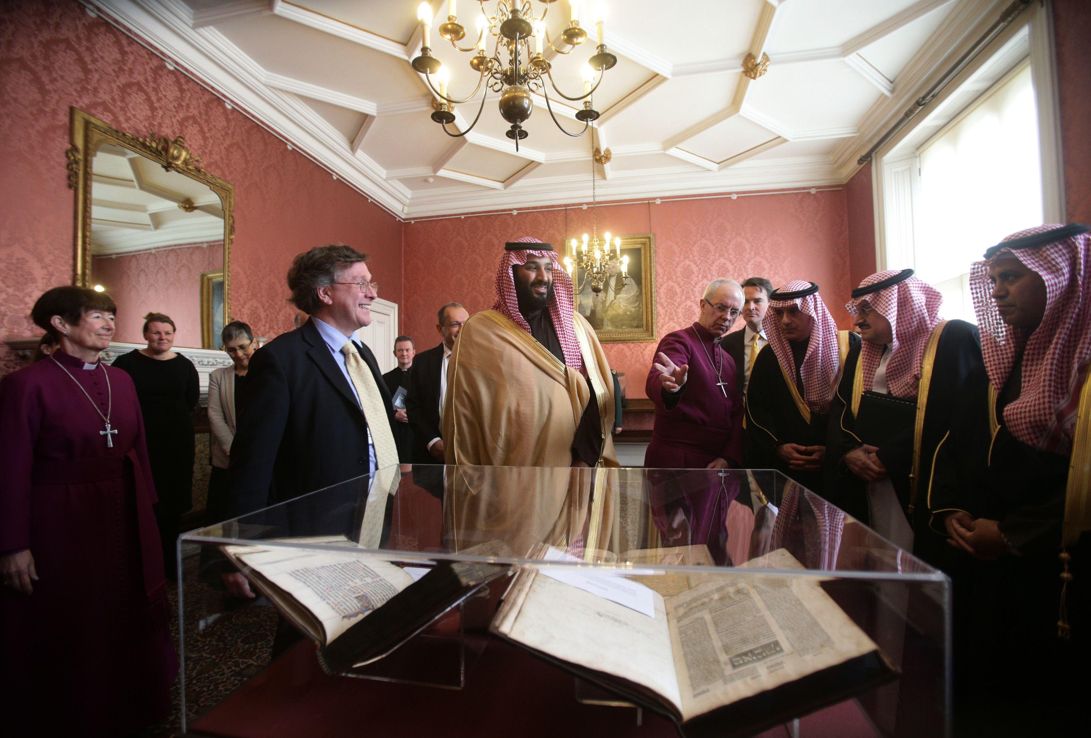 صاحب السمو الملكى الأمير محمد بن سلمان يتفقد المخطوطة القرآنية