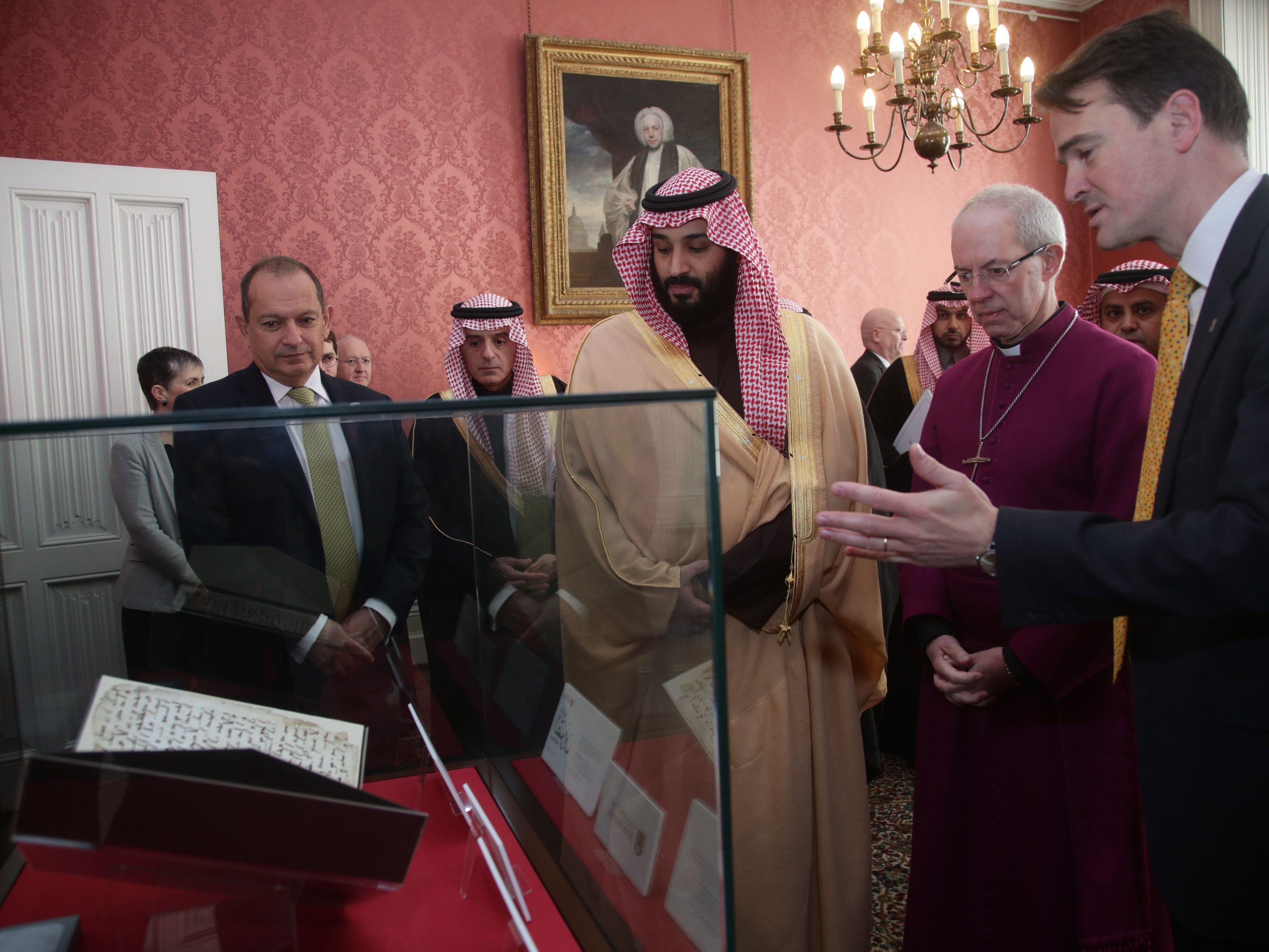 ولى العهد السعودى يتفقد يرى أحد أقدم المخطوطات القرآنية