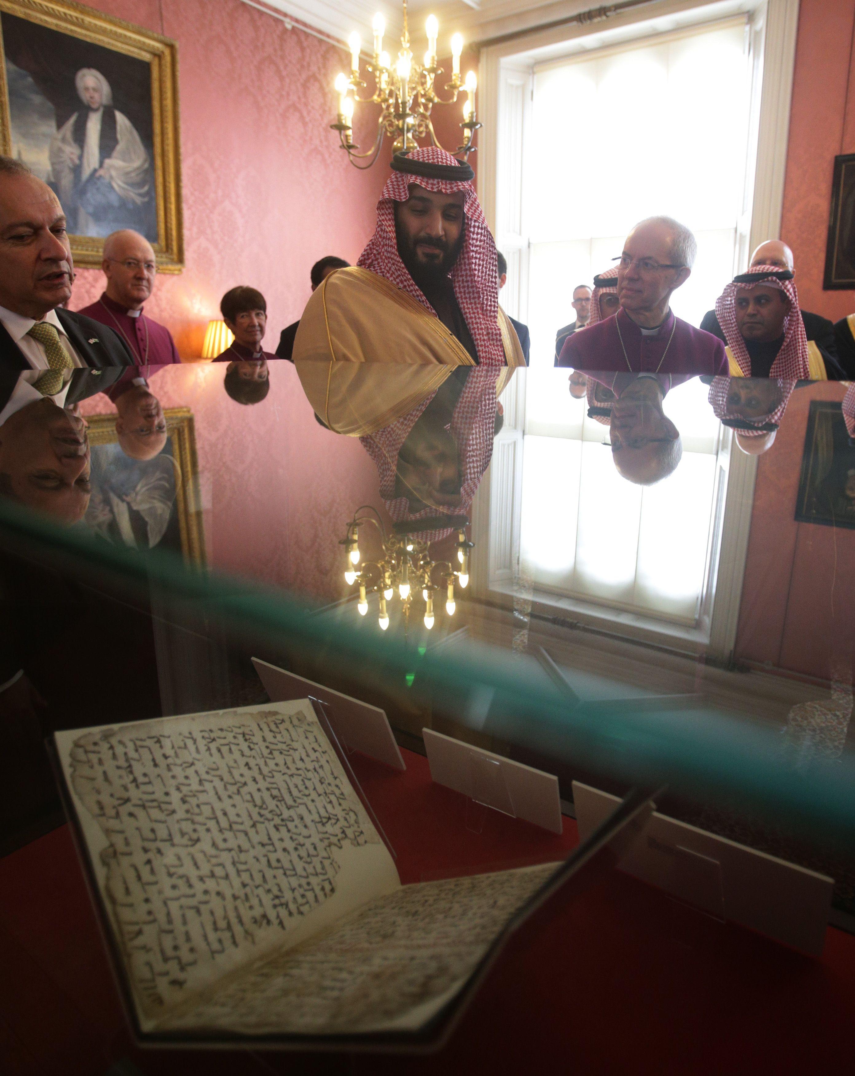 ولى العهد السعودى يرى أقدم المخطوطات القرآنية بلندن