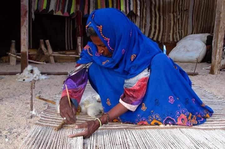 المرأة فى حلايب وشلاتين تصنع المشغولات اليدوية