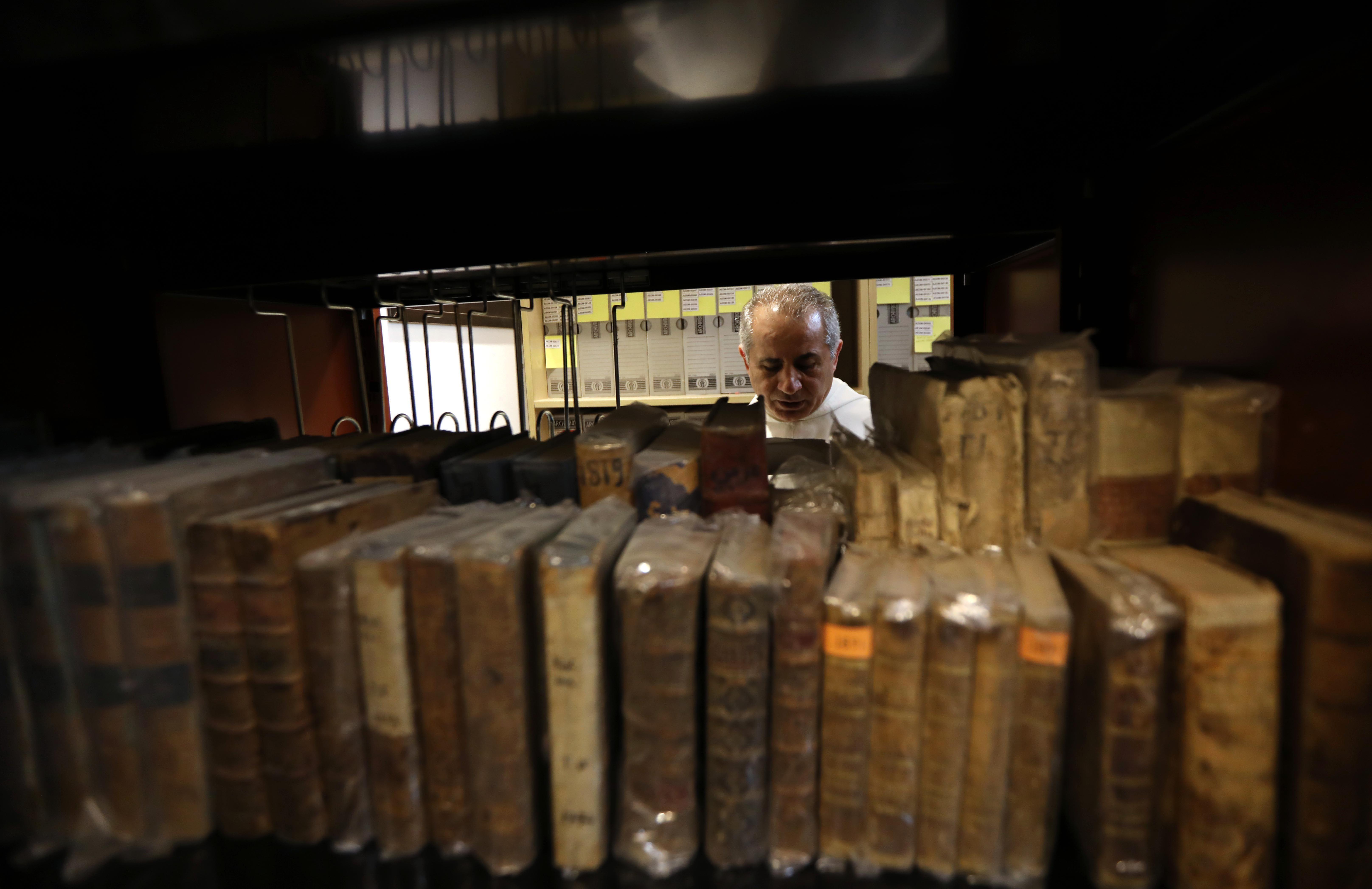 بعض الكتب التى تم حفظها من السرقة