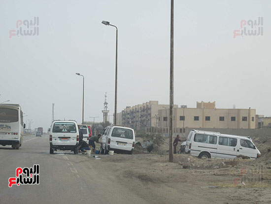 طريق بورسعيد / دمياط يتحول لغسيل السيارات