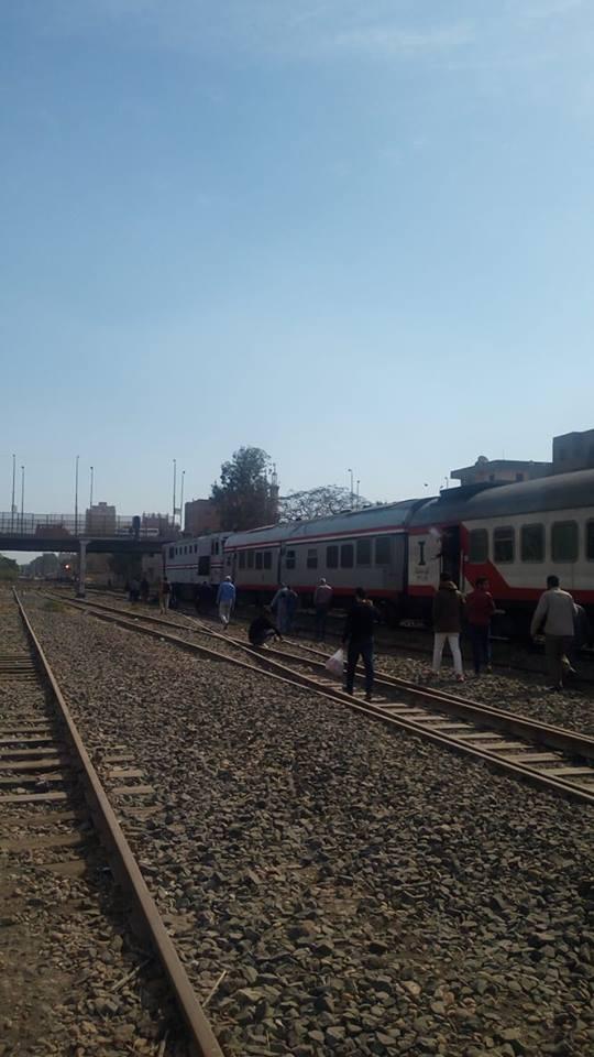 الركاب ينزلون من القطار
