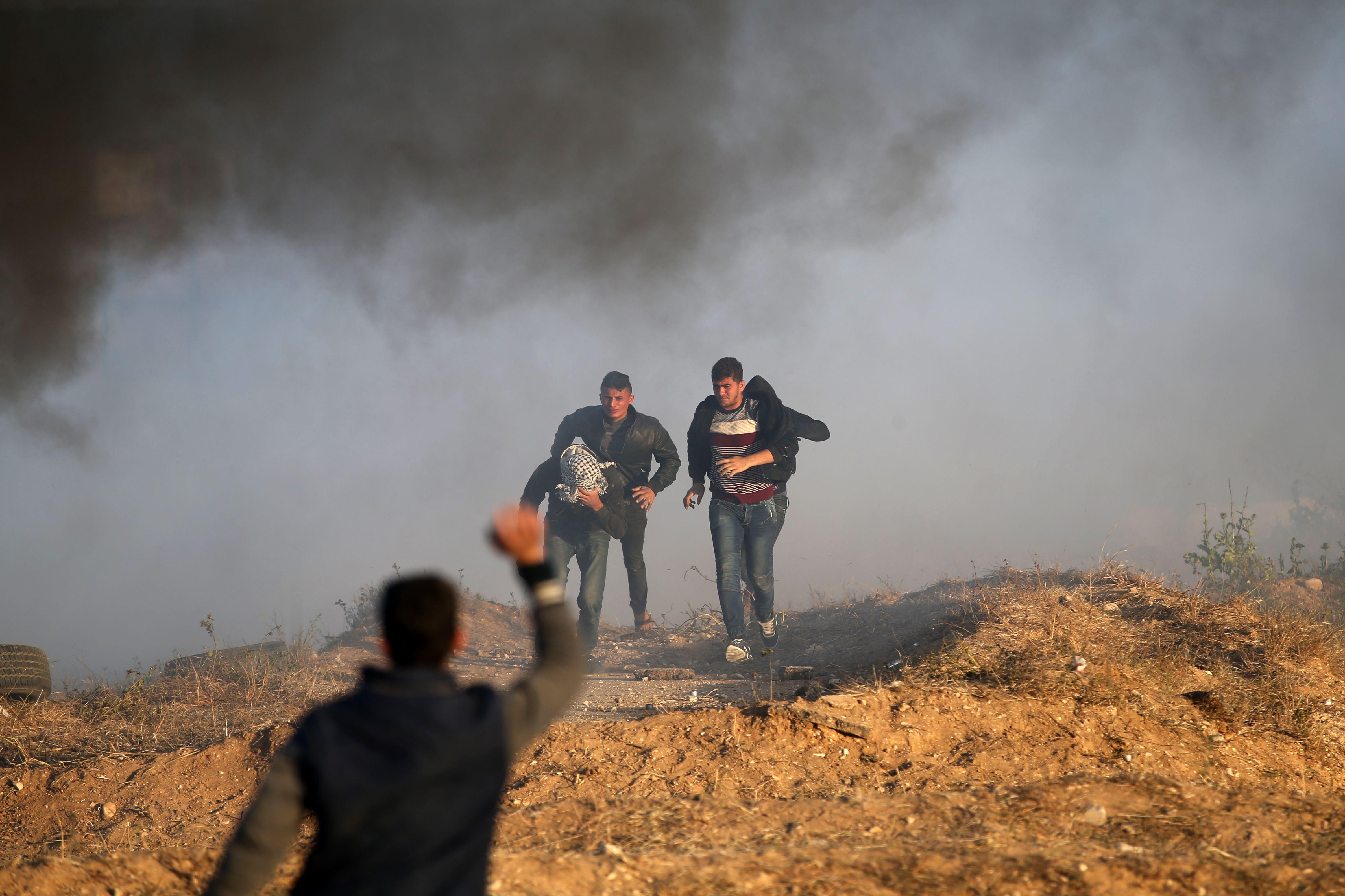 المتظاهرين يهربون من رصاص الاحتلال