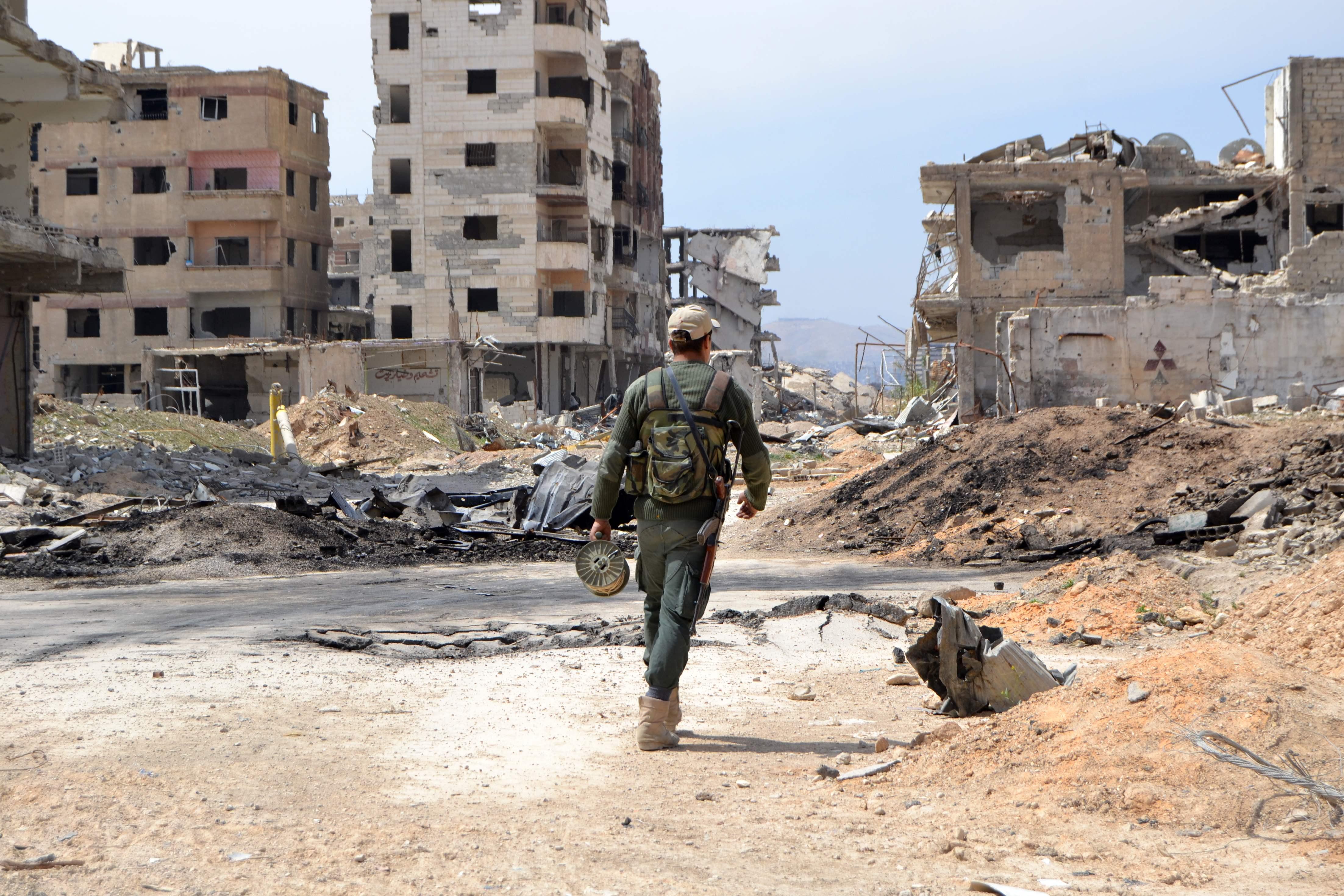 أحد عناصر الجيش السورى فى بلدة جوبر