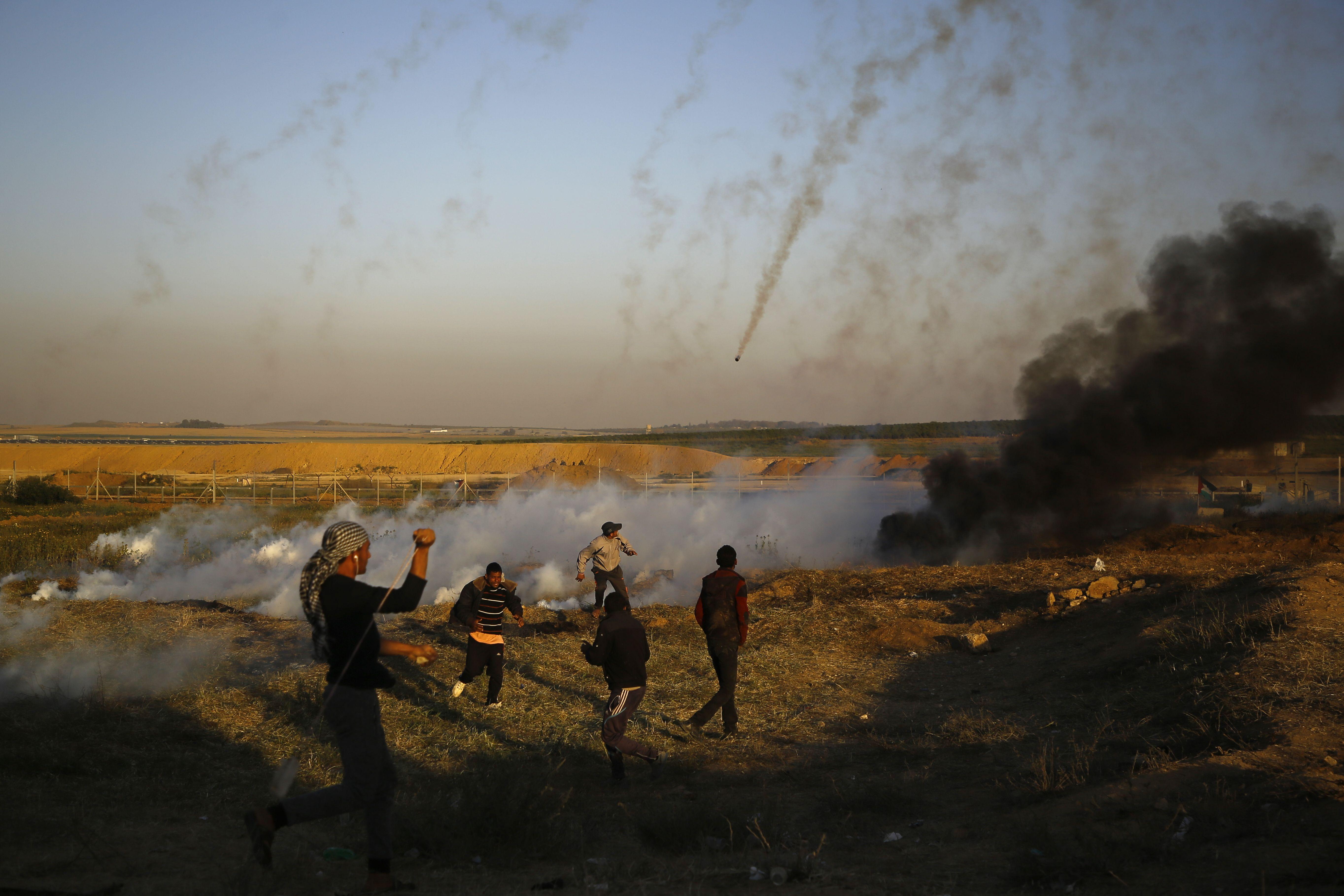 قوات الاحتلال تطلق وابل من قنابل الغزا على المحتجين