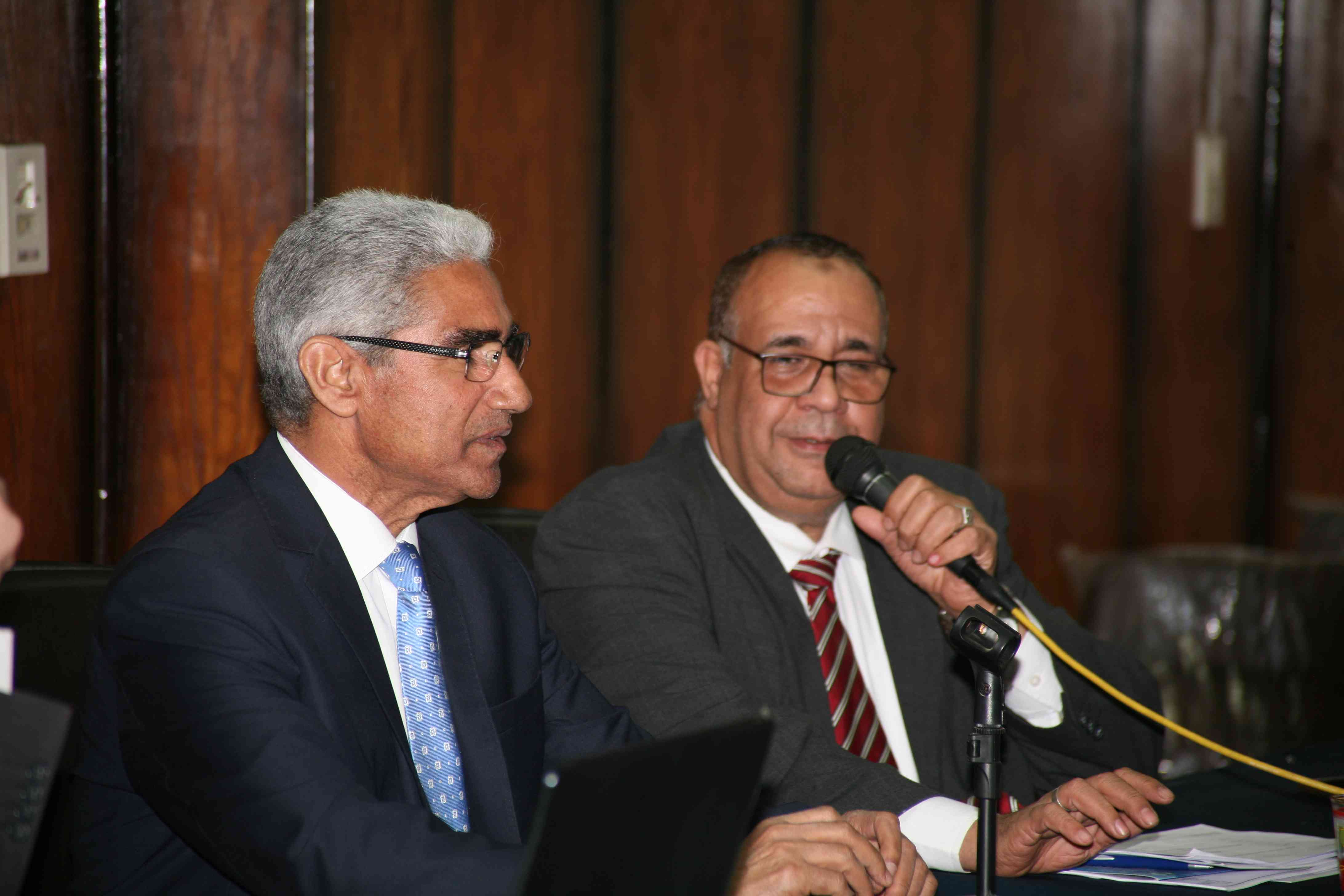 رئيس الجامعه و عميد كله الطب