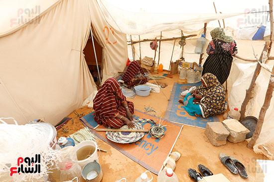 سيدات ليبيات يعددن الطعام داخل الخيام بالصحراء