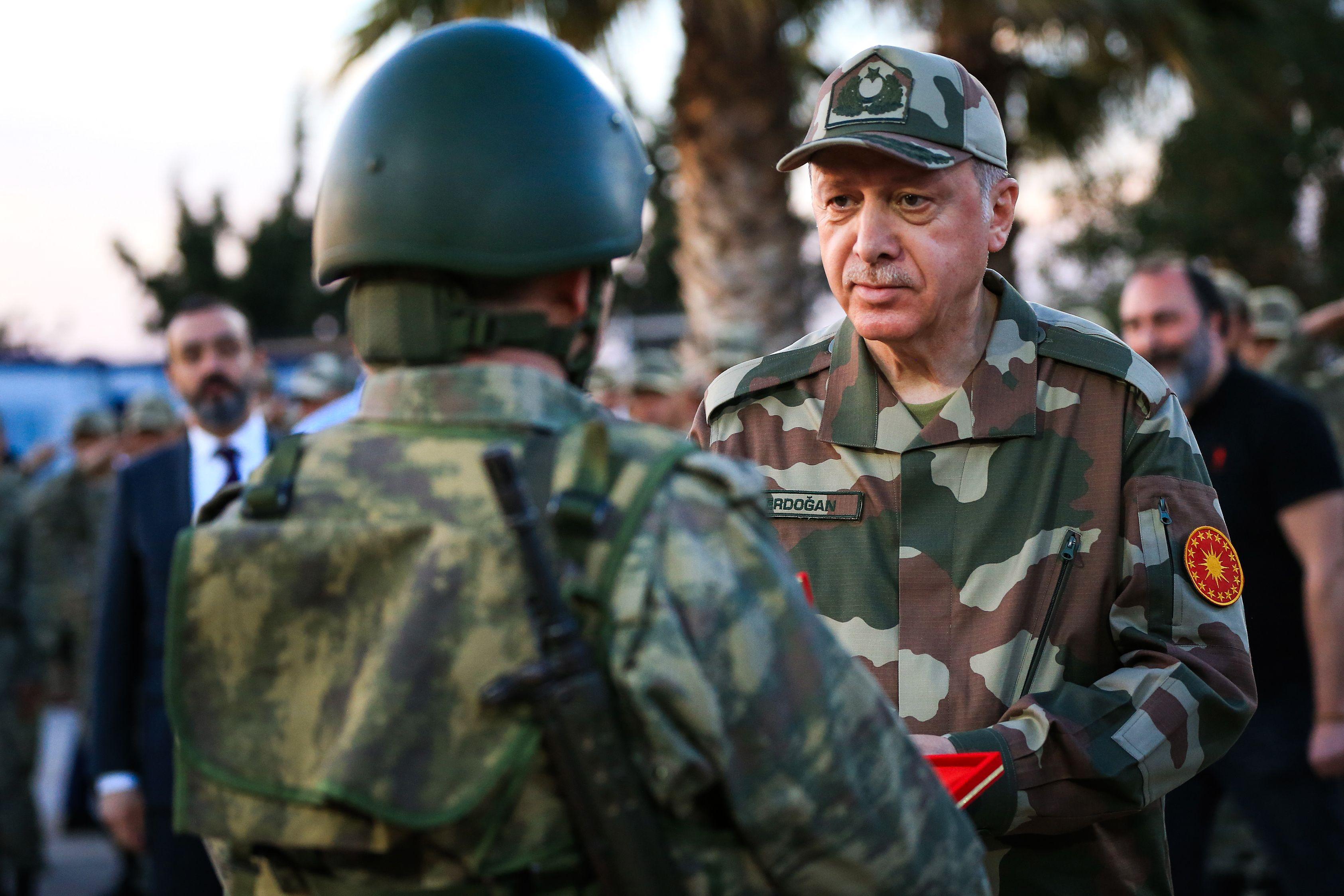 أردوغان يصافح أحد الجنود