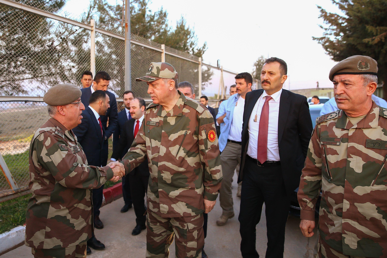 أردوغان يصافح أحد القادة العسكريين على الحدود مع سوريا
