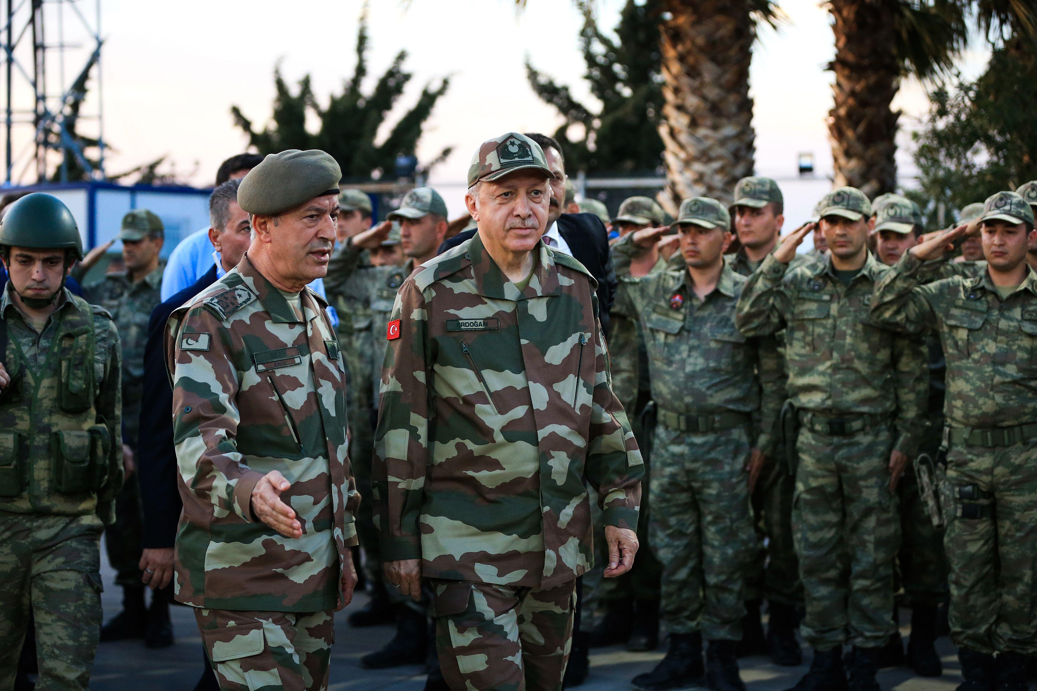 أردوغان وسط القوات التركية على الحدود السورية