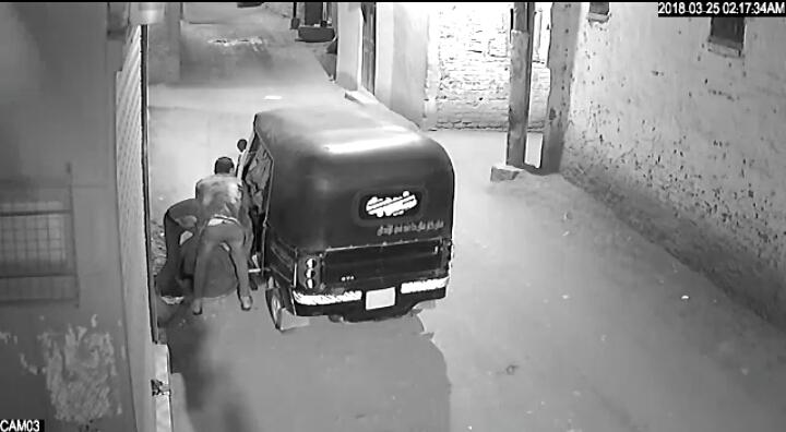 لصوص ينفذون سرقة لغطاء بلاعة صرف صحي بمدينة أرمنت غرب الأقصر (5)
