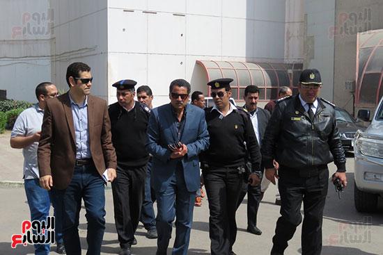 مدير الأمن خلال خروجه من قصر الثقافة