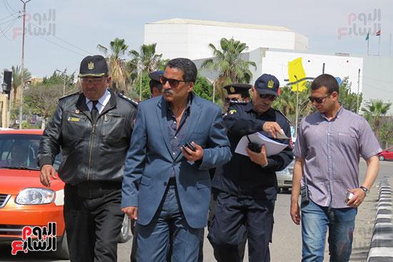 مدير الأمن أمام قصر الثقافة