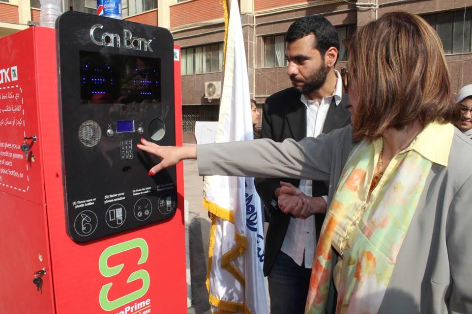 الدكتورة سوزان القلينى تفتتح جهاز Can Bank صديق البيئة بالكلية (4)